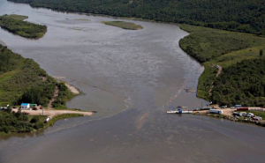 Crews work to clean up an oil spill on the North Saskatchewan river near Maidstone, Sask. on Friday. (Photo: Jason Franson/The Canadian Press)